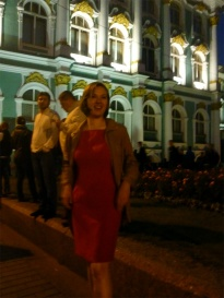 Stéphanie sur fond de l'Ermitage la nuit